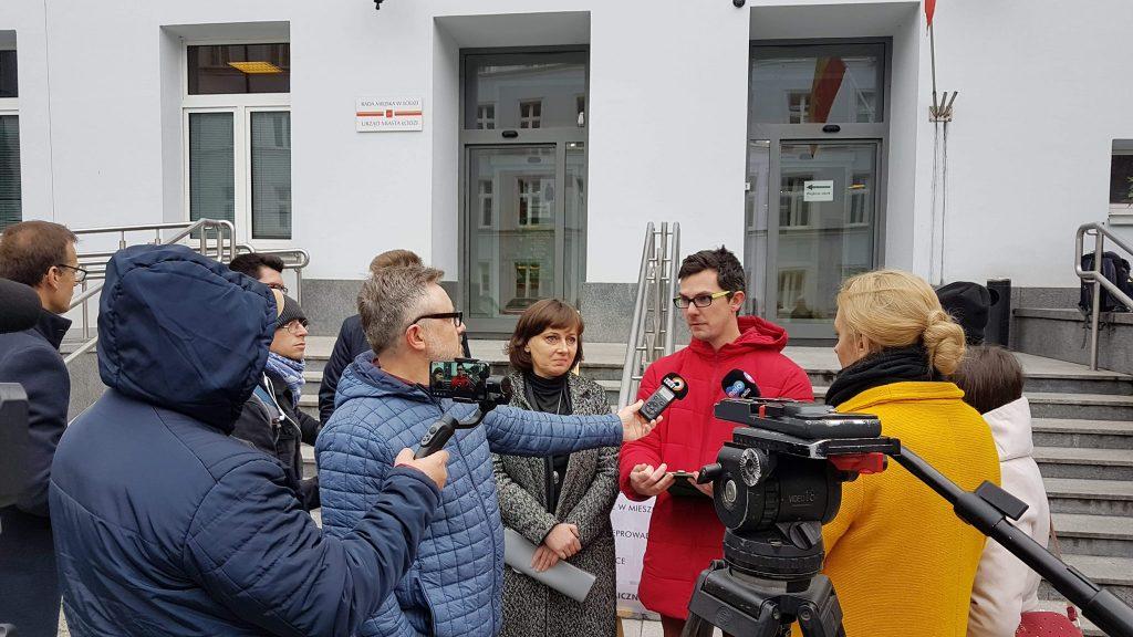 Konferencja prasowa Tak dla Łodzi pod Urzędem Miasta Łodzi, Na zdjęciu Urszula Niziołek-Janiak i Daniel Walczak.